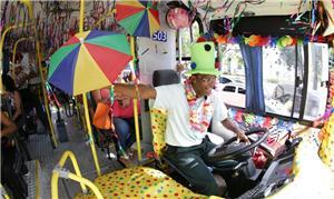 Recife: ônibus (e motorista) decorados para o Carn