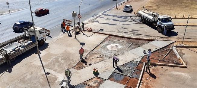 Reforma de calçada na Esplanada dos Ministérios.