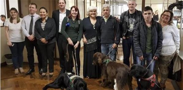 Representantes de deficientes visuais em reunião n