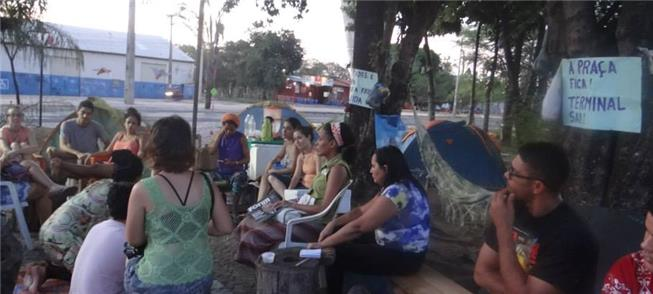 Reunião de moradores que ocupam praça em Teresina