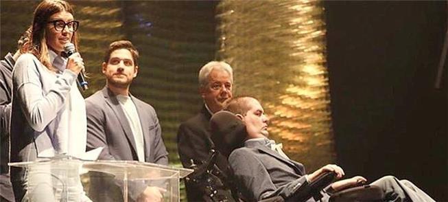 Ricky recebe a homenagem no palco do Auditório Ibi