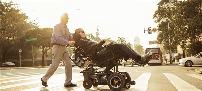 Ricky Ribeiro passeia com seu pai, Márcio, na av.