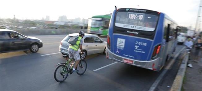 Risco para o ciclista em meio ao trânsito denso de