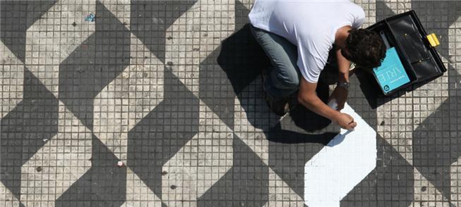 Rodrigo em ação, refazendo o piso em diagrama de S