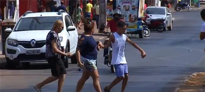 Rua movimentada, sem faixa de pedestre, em Palmas
