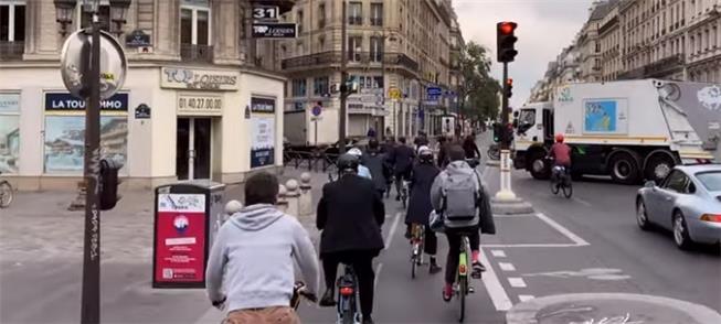 Rue de Rivoli em Paris liberou várias pistas para
