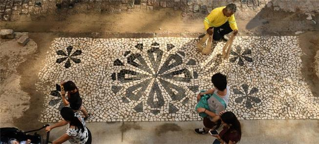 Santana de Souza trabalha na restauração de mosaic