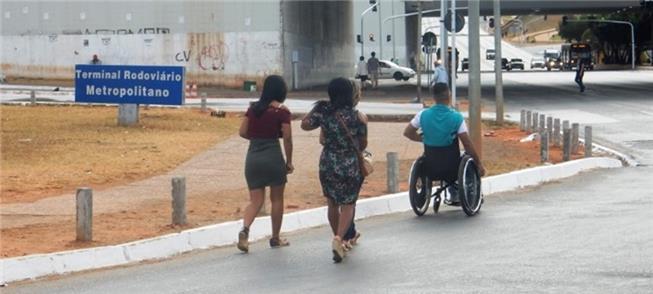 Sem acessibilidade, cadeirante segue pela via em B
