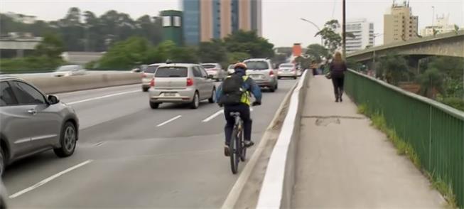Sem ciclovia, muitos ciclistas usam a pista dos ca
