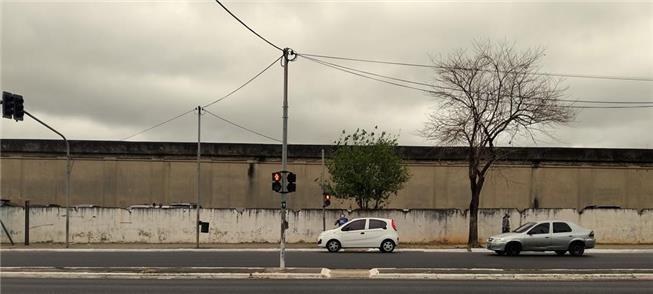 Semáforo de pedestres: sem faixa de travessia desd
