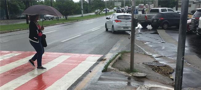 Semáforo e faixa de pedestres nas proximidades do
