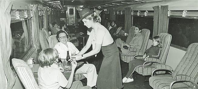 Serviço de bordo no vagão Pullman do Expresso Sant