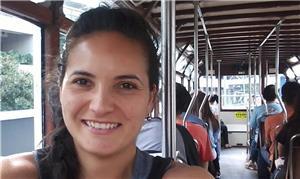 Silvia Cruz no bonde (tram) double-deck de Hong Ko