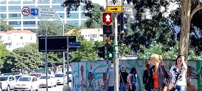 Sinal vermelho para pedestres