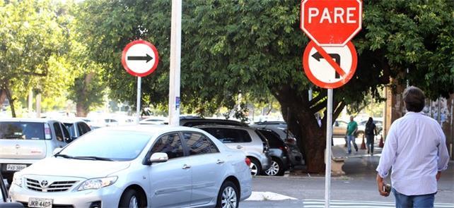Sinalização de trânsito em via do Setor Comercial,