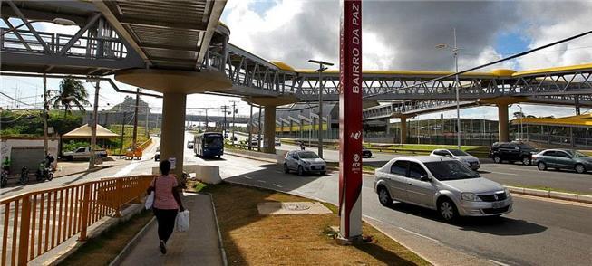 Sistema de passarelas dá acesso ao metrô de Salvad