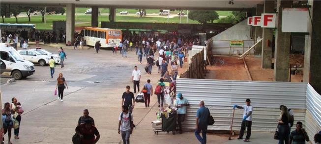Tapumes atrapalham pedestres na Rodoviária do Plan