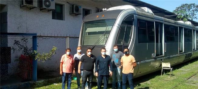Técnicos de empresa belga em vistoria aos trens do
