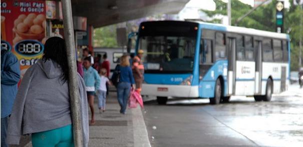 Tempo de espera pelo ônibus, uma das reclamações d