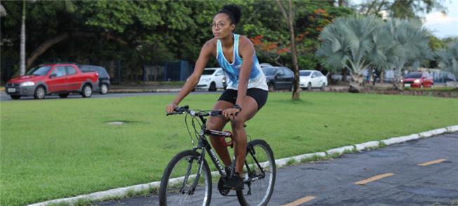 Thaís Santana diz que pedalar ajuda a liberar o st