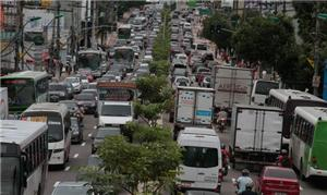 Trânsito caótico na avenida Djalma Batista