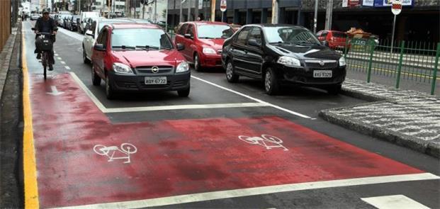 Trânsito compartilhado na Via Calma, em Curitiba