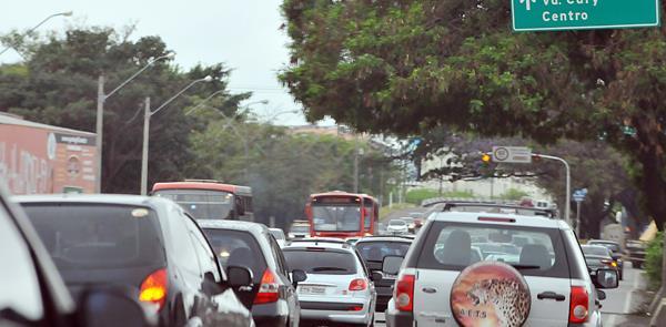 Trânsito congestionado em avenida de Campinas (SP)