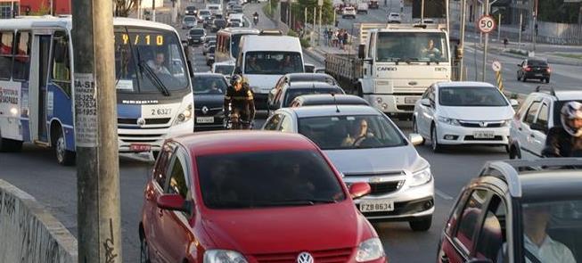 Trânsito e muita 'fumaça preta' na Marginal Tietê,
