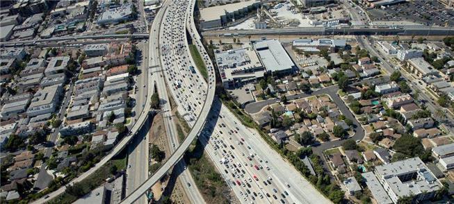 Trânsito na Interstate 405 logo após sua ampliação