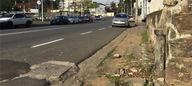 Trecho de calçada todo esburacado, em Blumenau