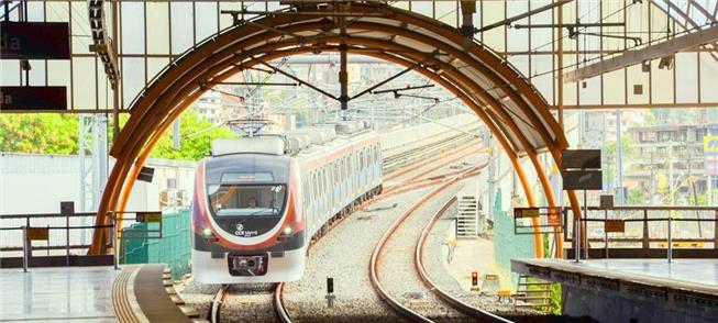 Trem chega a estação do metrô de Salvador (BA)
