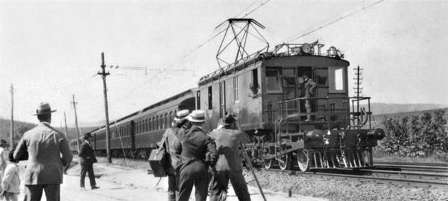 Trem chega a subestação da Cia. Paulista em Louvei