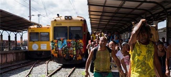 Trem de subúrbio atende a população há anos, por R
