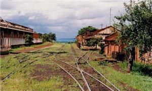 Trilhos abandonados em pátio de carga de Ituverava