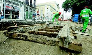 Trilhos antigos estavam cobertos pelo asfalto