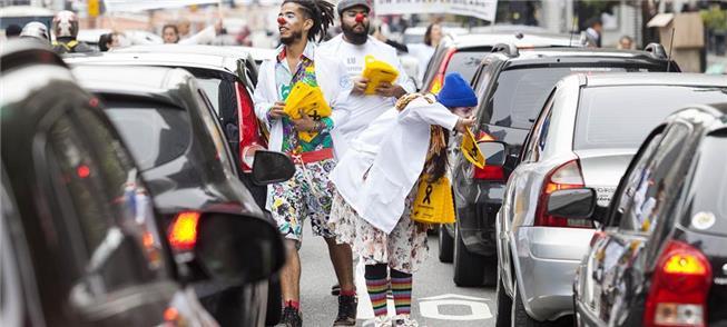 Trupe de clowns distribuirá kit com dicas de trâns