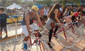 Turistas experimentam bicicletas na