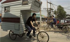 Um triciclo e um trailer antigo adaptado deram ori