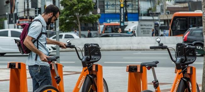 Usuário retira bicicleta em estação no Lgo. da Bat