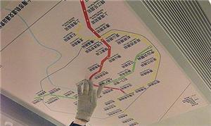 Usuários consultam mapa de metrô de Xangai