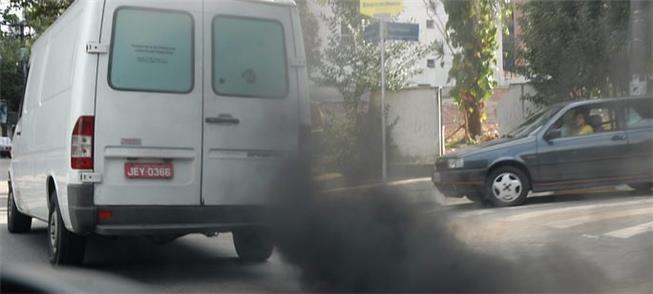 Van emite fumaça preta em rua de São Paulo