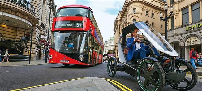 Veículo anda integrado ao tráfego de ônibus, carro