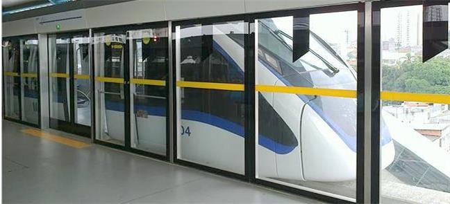 Veículo da Linha Prata na estação Vila Prudente, r