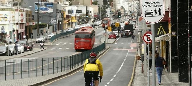 Via calma, em Curitiba: 30 km/h, corredor de ônibu