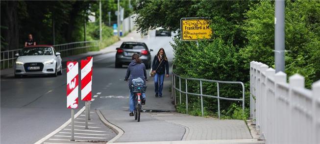 Via estreita para pedestres na ponte Carl-Ulrich/