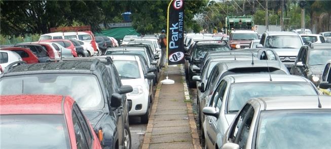 Via tomada por carros no Setor de Indústrias Gráfi