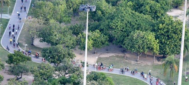 Vista aérea da pedalada com centenas de ciclistas