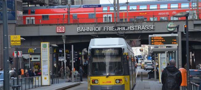 VLT circula em rua sob estação de trem em Berlim