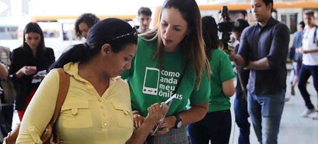 Voluntários explicam o projeto na Rodoviária do Pl